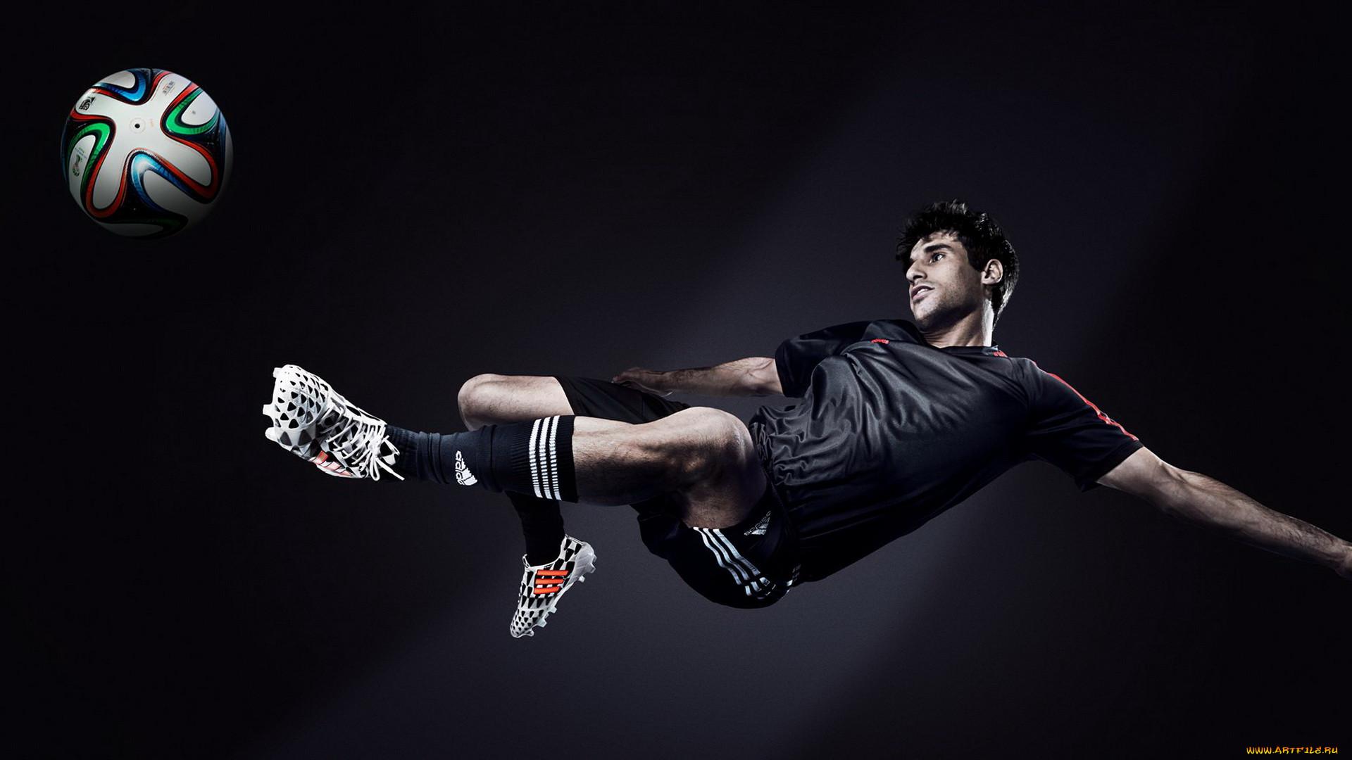 Картинки футболист бьющий по мячу